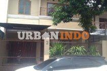 Di jual rumah 2 lantai siap huni di kebon jeruk,Jakarta Barat Luas tanah: 234 m Luas bangunan: 340 m SHM,IMB,IPB Listrik 4400 W Telp 1 Line Lantai bawah : - carport 2 mobil - Garasi 1 mobil - Ruang tamu - Kamar mandi tamu - Ruang makan - Ruang keluarga - Dapur - 1 Kamar tidur + ruang ganti dan kamar mandi - Halaman belakang Lantai atas : - Ruang keluarga - 1 Kamar tidur utama + kamar mandi - 1 Kamar tidur + kamar mandi - Kamar tidur - Kamar tidur pembantu + kamar mandi ( beda tangga ...