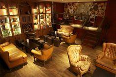 Dernier-Bar-salle-des-mondes-oubliés Plus qu'un bar, le Dernier bar avant la fin du monde est aussi une ludothèque, et sacrément fournie. Si vous voulez jouer au Monopoly faudra repasser, ici c'est plutôt City of Horror, Dragon's Gold ou Cosmic Attack. Ça donne envie non ? Prix : à partir de 6€ la pinte Adresse : 19 avenue Victoria, 75001 Paris
