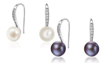 Ces boucles d'oreilles pendantes Barcelona de la marque Neverland, sont ornées de cristaux Swarovski® et perles d'eau douce