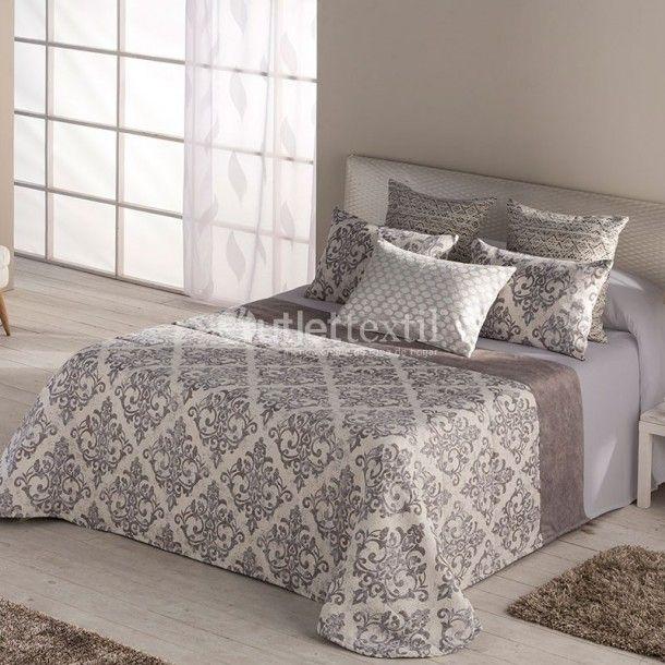 Colcha Bouti ZOLA de la firma Barbadella Home. Presenta un diseño clásico formado por una cenefa de estilo damasco, con el que le darás un estilo mucho más elegante a la decoración de tu habitación.
