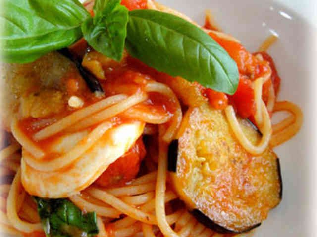 トマトと茄子とモッツアレラチーズのパスタの画像