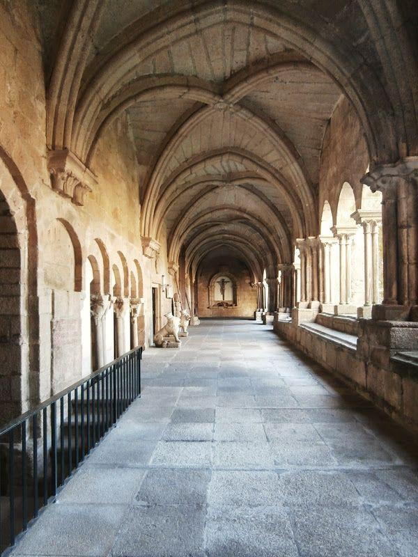 1000 Lugares en Galicia: Catedral de Tui. El Interior. Parte 5. El Claustro (I).