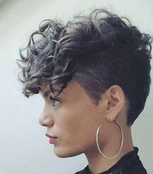 Pixie punk para cabello rixado - Rapado a los lados y con flequillo largo hacia adelante. Para las que adoran el estilo retro punk.