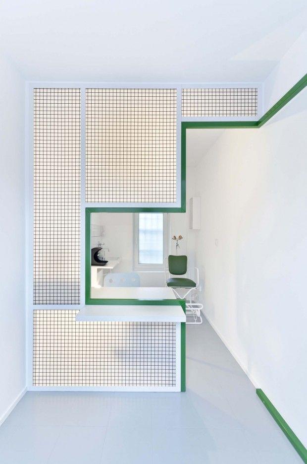 Voici un projet impactant et parfaitement réalisé ! DENT est le projet architectural d'Adam Wiercinski, il visait à aménager et diviser une petite pièce de seulement 10 m2 en un cabinet et une salle d'attente d'un prothésiste dentaire dans le centre-ville de Poznan en Pologne.  L'espace a été divisé par une cloison – structure en acier remplie de panneaux en polycarbonate permettant à la lumière d'entrer. La zone de travail et de service à la clientèle peuvent être séparées par un rideau.