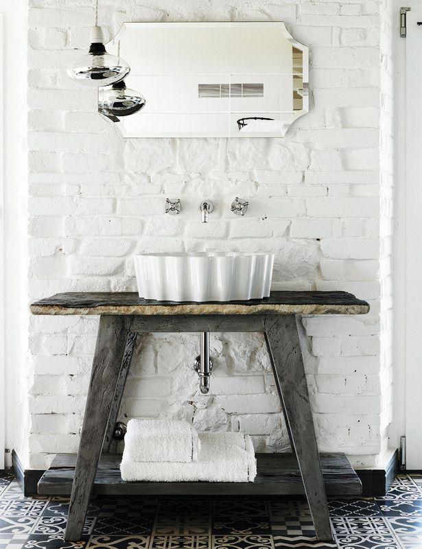 Fotos: Max Zambelli  www.elle.es  white bathroom in casa