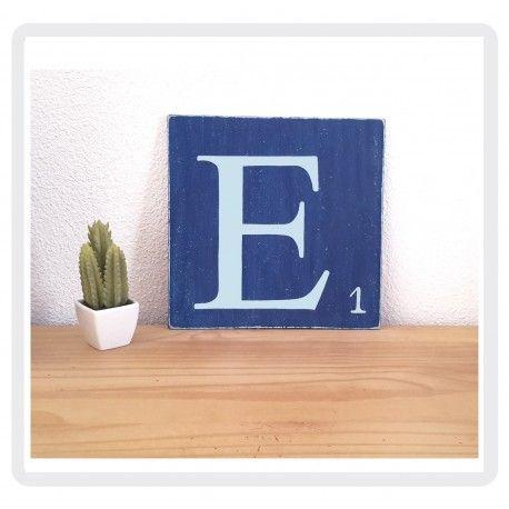 lettre scrabble E en bois patiné bleu