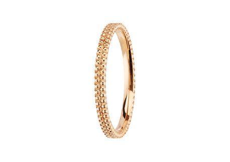 L'alliance Seville est forgée à la pièce et sur mesure dans l'atelier parisien d'alliances. En or rose 750 millièmes, son intérieur est plat tandis que l'ensemble de son anneau est lapidé de motifs perlés. Originale sans être ostentatoire.
