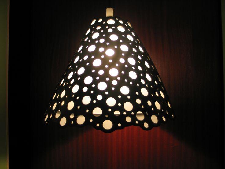 Lampeskærm lavet af brugt traktorslange.