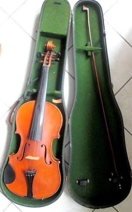 """Antieke viool Antonius Stradivarius Cremonensius """"Faciebat"""" - eind 1800 - met de zaak en boog  Antieke viool met inscriptie/handtekening: """"Cremonensius Antonius Stradivarius"""" Faciebat """""""" eind 1800. Houten lichaam geen scheuren mooie vorm en warme houten Toon. De boog moet opnieuw worden gedekt. Gelieve zorgvuldig kijken naar de foto's.  EUR 380.00  Meer informatie"""