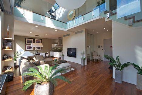 Spodní patro. Vchod do bytu je přes tuto miniaturní předsíň. Zrcadlové dveře vedou do šatny; Svoboda & Williams