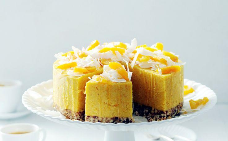 Deze raw cheesecake hoeft niet in de oven maar stijft op in de koelkast. Het zoet komt van dadels, abrikozen en rauwe honing.