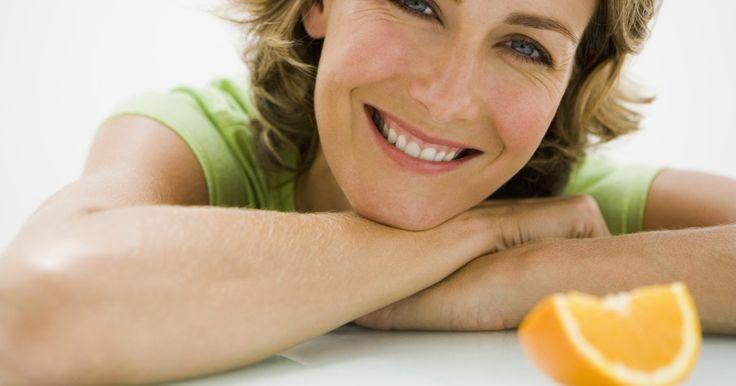 Listado de alimentos que contienen pectina. La pectina es un tipo de carbohidrato complejo que ayuda a regular el flujo de agua en tus células. La pectina es usada primariamente en alimentos como agente espesante. Se encuentra naturalmente en todas las frutas y vegetales. La pectina también es un tipo de fibra dietaria soluble y podría tener potenciales beneficios para la salud como ayudar ...