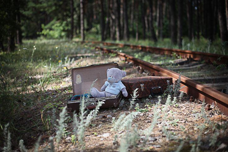 Чемоданы #Фотосессия на железной дороге обязательно порадует вас красивыми #фото. Особенно, если вы прихватите с собой соответствующий #реквизит: #чемоданы, зонтик, часы, старинные лампы.... #Детская и семейная #фотосъемка в таком месте будут оригинальны. Красивые наряды мамы и дочки послужат замечательным контрастом грубому металлу. #фотография #фотосет #фотодня #фотопроект #фотоотчет #фотографирую #фотозона #фотофан