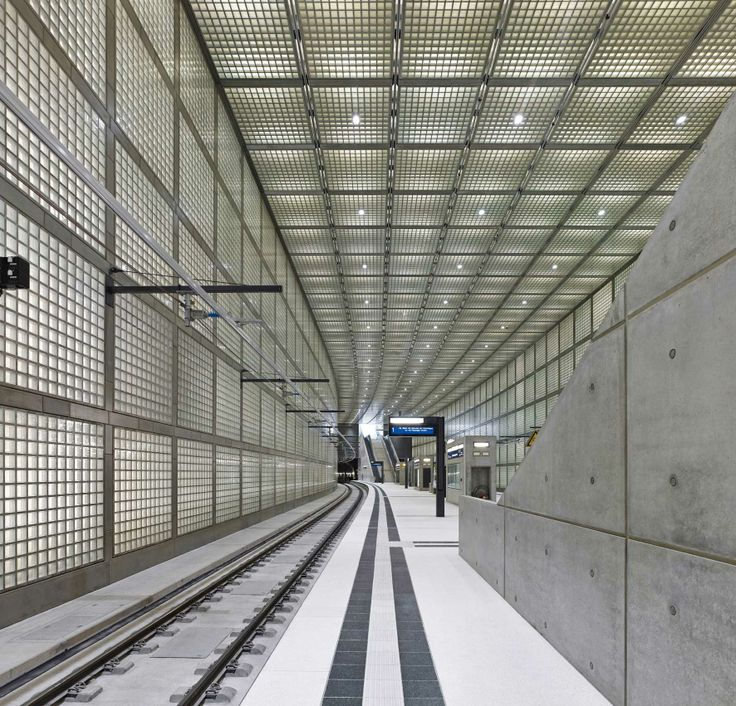 Wilhelm-Leuschner-Platz Station / Max Dudler. 德國 Leipzig 以玻璃磚與清水模構成城市地鐵風景。