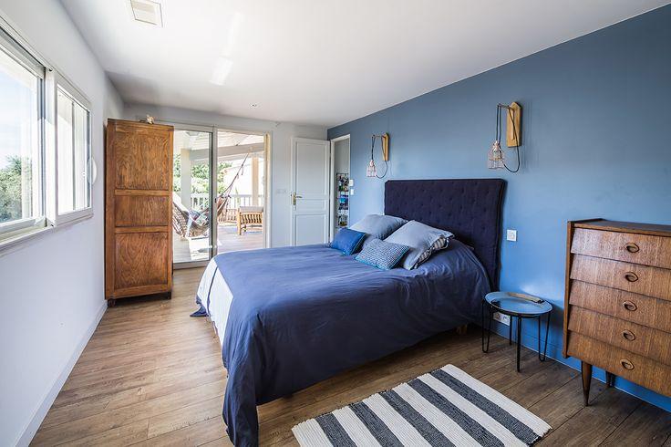 Une chambre sous forme de clin d'oeil à la ville d'Essaouira, aux nuances de bleu et de bois, avec vue sur les vignes. #DIY #blue #vintage #essaouira #casbah #cage #lamp #bed #sidetable #cabinet #chiffonnier #wood #bois #bedroom #tetedelit #headboard
