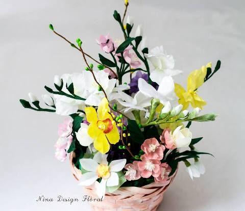 Aranjament de flori: frezii, violete, crengute de cires inflorit, cais inflorit, ghiocei, narcise realizate din matase