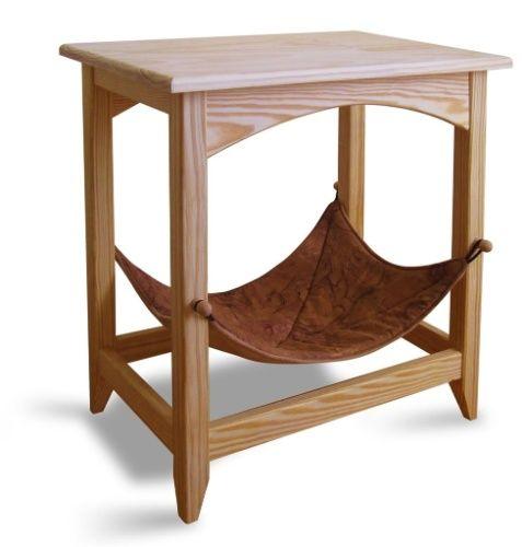 A SnoozePal Cat é uma mesa lateral equipada com uma rede, que serve de cama para gatos e cães de pequeno porte. Com estrutura de madeira, a peça é vendida pela empresa norte-americana Cat Above (www.catabove.com)