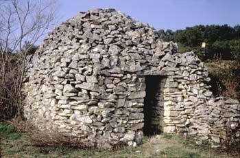"""Puech des Cabanes à Saint-Etiennes-d'Escattes (Gard) : cabane portant l'inscription """"VIGNE PLANTEE"""" sur son linteau © CERAV"""