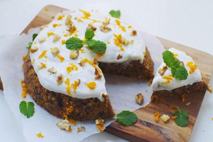 Hvis du elsker en klassisk, svampet gulerodskage, så skal du prøve denne nemme opskrift på en raw version toppet med lækker frosting med vanilje og citron