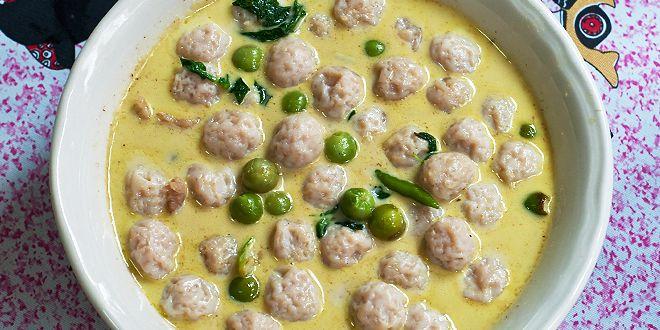 Découvrez Curry Vert de boulettes de poisson, une recette thaï originale, et transformez votre cuisine en restaurant thaïlandais !
