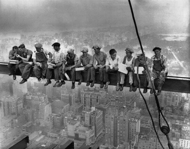 Ebéd a felhőkarcoló tetején (Charles C. Ebbets, 1932)
