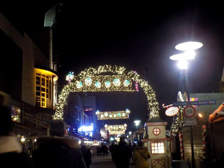 Die Promenade leuchtet weihnachtlich und es gibt auf dem Weihnachtsmarkt im CentrO viel zu entdecken. Ob man noch auf der Suche nach Weihnachtsgeschenken