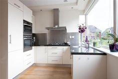 Witte keuken in U-opstelling.