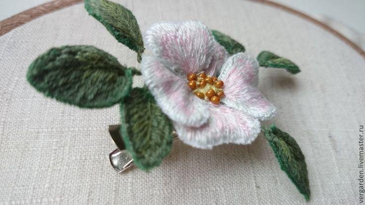 """Купить Брошь вышитая """"Шиповничек"""" - бледно-розовый, брошь цветок, шиповник, объемная вышивка, гладь"""