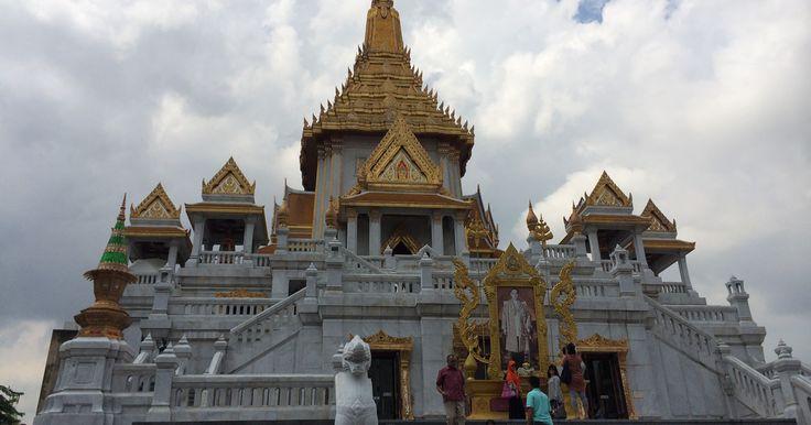 Wat Traimit – der Tempel des Goldenen Buddha An den Toren zu Chinatown liegt Wat Traimit und ist Heimat für die wohl kurioseste Statue Thailands. Nicht, dass der Goldene Buddha kein atemberaubender Anblick wäre – immerhin ist er die größte Massivgoldstatue Thailands – vielmehr ist es seine Geschichte, die ihn so besonders macht. #bangkok #goldenebuddha #wattraimit