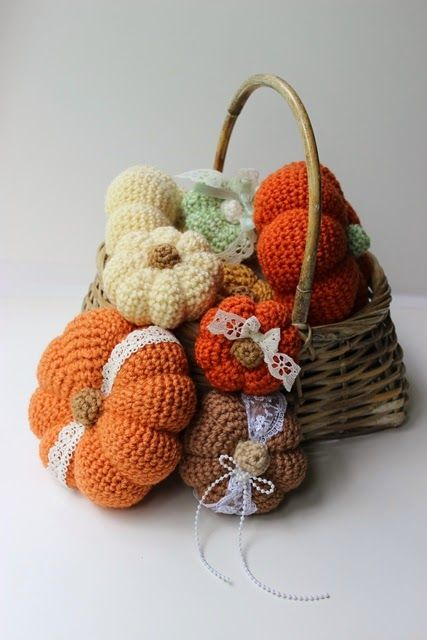 Things to make this #autumn - crocheted pumpkins!! If you've got a little spare time today, this free pattern will help you create pretty pumpkins in time for Halloween tomorrow #craft