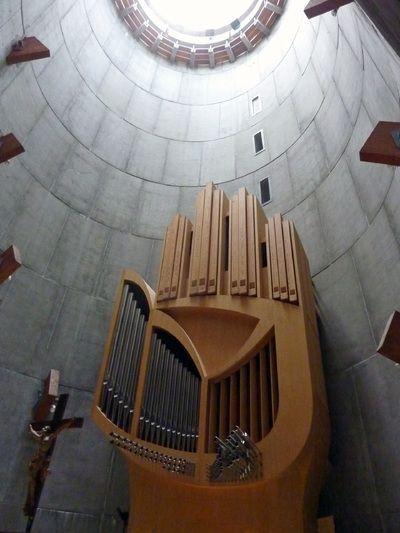 Après avoir monté l'escalier, on entre directement dans le choeur où l'on découvre un puits de lumière abritant le très original orgue dessiné par le célèbre organiste Jean Guillou (longtemps titulaire du Grand-Orgue de Saint-Eustache à Paris).