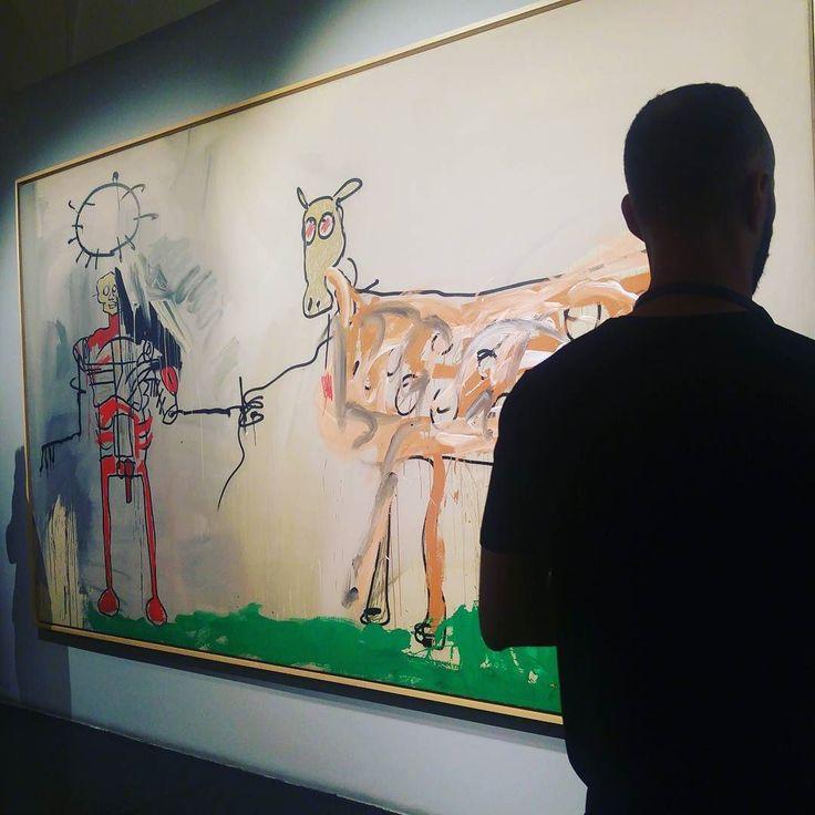 1981. In mostra una delle prime opere in cui c'è la presenza di una figura umana per intero rappresentando una rottura radicale per Jean-Michael Basquiat con il movimento della street art. #bebasquiat #basquiatart #exhibitions #roma #chiostrodelbramante #blackartist #newyork #art #artist #instaart #gallery #masterpiece #artoftheday