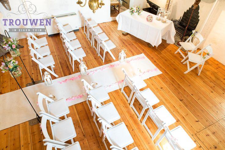 Huwelijksceremonie op de 1e verdieping van 't Huys Dever. Witte loper met roze rozenblaadjes, witte lantaarn, bloeddecoratie en witte wedding chairs. Graag werken wij samen met Bloemenservice Nederland voor prachtig bijpassend bloemwerk. Verras in een klassieke locatie met een frisse maar romantische inrichting. Dit is slecht een van de vele mogelijke opstellingen. Vraag ons naar de mogelijkheden. www.trouwenineigentuin.nl