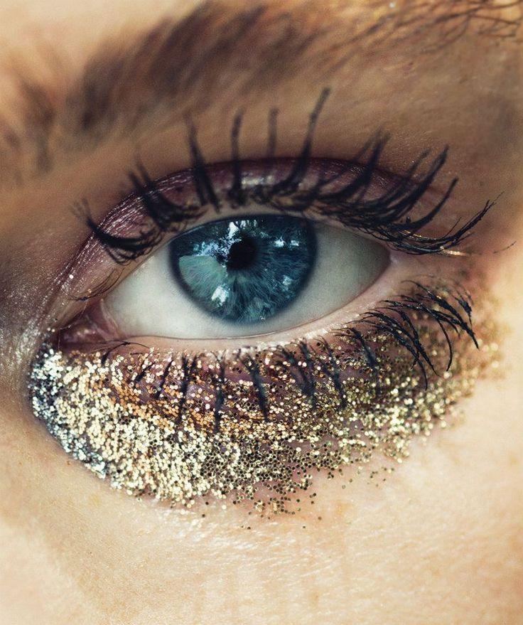 Gold glitter eyeshadow underneath the eye