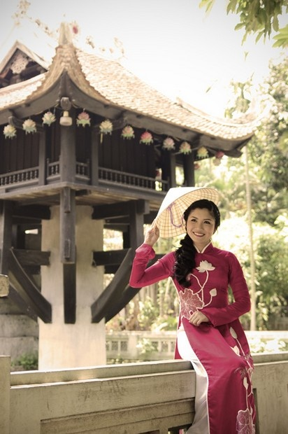 """Áo dài sen việt - HS142 / Did you know : Ao Dai is pronounced """"ow zhai"""" in the North and """"ow yai"""" in the South :)"""