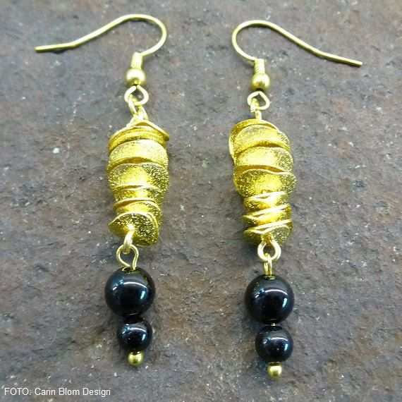 Brushed wavy disk goldplated onyx earrings by CBlomsDesign on Etsy