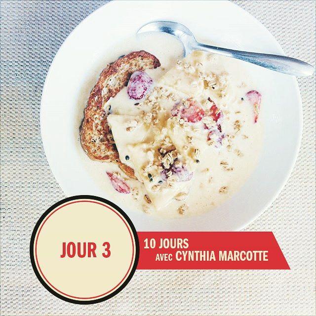 Pour le 3ème jour de notre série avec @cynthia.marcotte.dtp, on vous présente un pain doré avec ananas + fraises + yogourt grec au xoxox it mélange avec la protéine en poudre ! Vous serez comblé jusqu'à l'heure de lunch! || Day 3 of our series includes @cynthia.marcotte.dtp French toast with pineapple + strawberries + coconut Greek Yogurt mixed with protein powder! This will definitely keep you fill for the lunch break !