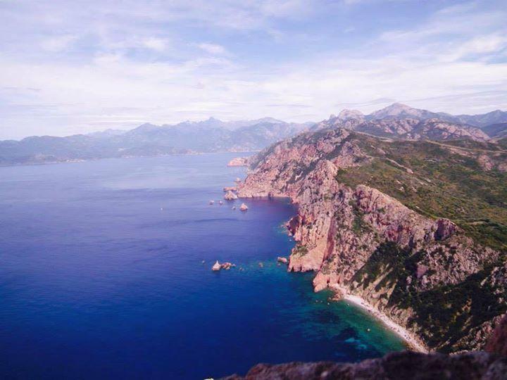 Corsica - Scandola Capo Rosso - Scandola est une réserve naturelle en Corse à la fois marine et terrestre, également inscrite sur la liste du patrimoine mondial de l'Unesco Classée en 1975, elle occupe une biodiversité remarquable entre l'étage médiolittoral et l'étage circalittoral de sa partie sous-marine. Elle a été jugée représentative des écosystèmes et biocénoses de la façade maritime du Parc naturel régional de Corse qui en est le gestionnaire.