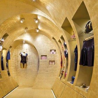Wchodząc do paryskiego butiku projektantki mody Stelli Cadente można się poczuć jak w luksusowej łodzi podwodnej – jego wnętrzu projektanci nadali kształt potężnej tuby o złotych ścianach. http://sztuka-wnetrza.pl/1004/artykul/zloty-tunel