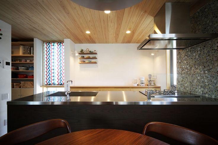 File005 世界に1つだけのキッチン‼️引き出しの寸法など、細部までこだわり設計してます。またリビングの建具と色合いを合わせた木製の面材を使用し、トータルでコーディネートしてます。お料理上手な奥様こだわりのオリジナルキッチンです‼️#キッチン#収納#ママスペース#水栓#照明#パントリー#ステンレス#