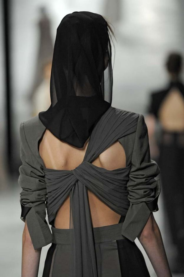This what I would call 'twisted miracle', a true innovative back detail.
