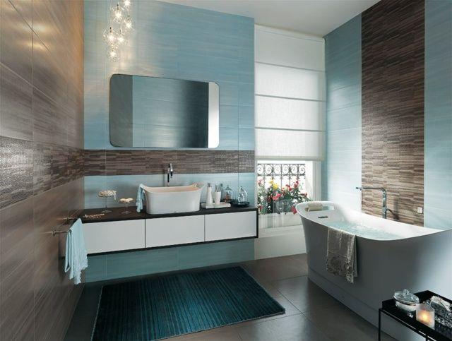 carrelage salle de bains en bleu et marron et un sanitaire blanc