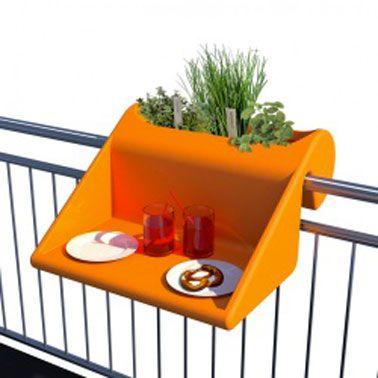 Une bonne idée pour aménager un petit coin de jardin sur un petit balcon en ville : Une jardinière pour rambarde balcon double fonction avec tablette plateau repas