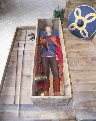 Reconstitution de la tombe du jeune chef découverte à Saint-Dizier en 2002. Reconstitution funéraire mérovingienne.- THIERRY 1°-6) THIERRY ET L'AUVERGNE, 7: A son retour, Childebert, à son retour d'Espagne, essaye, avec Clotaire, d'entraîner Thierry dans une guerre contre les Burgondes. Celui-ci refuse. Marié à une fille de Sigismond, Thierry paraît être toujours resté fidèle à l'alliance burgonde de sa jeunesse.