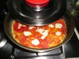 pizza , pomodoro e provola
