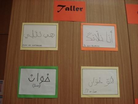 Taller de Lengua Árabe que se ha desarrollado en la Biblioteca entre marzo y mayo. Ha sido impartido de manera altruista por Aziz Lyazrhi y sus alumnos, a modo de ejercicio de fin de curso, han hecho esta exposición con sus nombres escritos en lengua árabe.