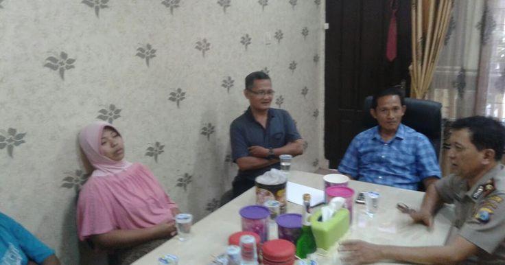 PASURUAN - Pasuruan Rabu 12/07/17 warung kopi di wilayah Jl.KH.Ahmad dahlan kel. Pohjentrek Kota Pasuruan tiba tiba dikerumuni oleh warga pasalnya ada pengunjung warung tsb yg sedang minum es kopi tiba tiba meninggal dunia. Korban tsb bernama Firman Hidayat (15) asal Dusun Mancilan 05/04 Kelurahan Pohjentrek Kota Pasuruan. Sebelum menghembuskan nafas terakhirnya korban sempat kejang dan jatuh dari tempat duduknya. Menurut teman korban Eki Firman Maulana (13) Sebelum meninggal ia dan korban…