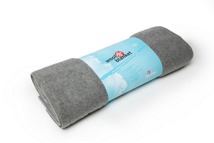 Yogatæppe fra Manduka - det bedste yoga tæppe på markedet.Dette miljøvenligeyoga tæppe, er lavet af 100% genbrugsmaterialer (75% uld / 25% syntetiske fibre) med en blød og behagelig overflade.Tæppet er let at folde og kan bruges både til støtte under øvelser og til varme og komfort under meditat...