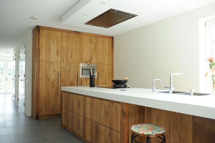 Mooie lichte keuken van geschaafd oud eiken. Mooie opstelling met een groot keukeneiland.
