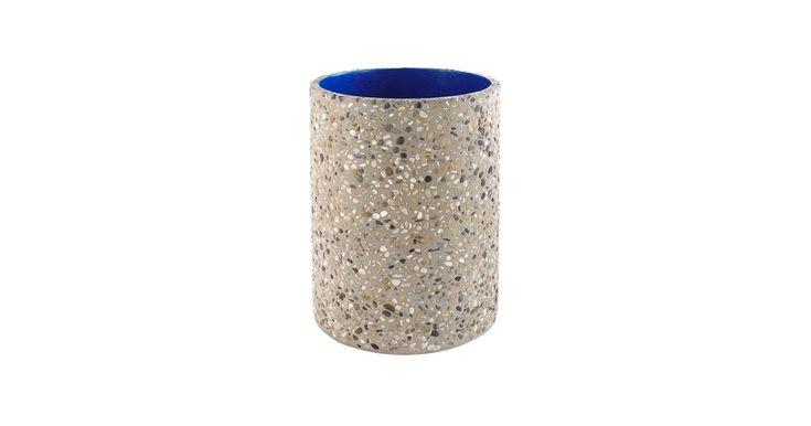 Det danske fashion-brand Soulland har skabt en lille eksklusiv møbelkollektion for Bolia. Industrial growth er en lille serie af vaser i rå beton med en yderside af rå sten og en eye-catchy Yves Kleinblå inderside.
